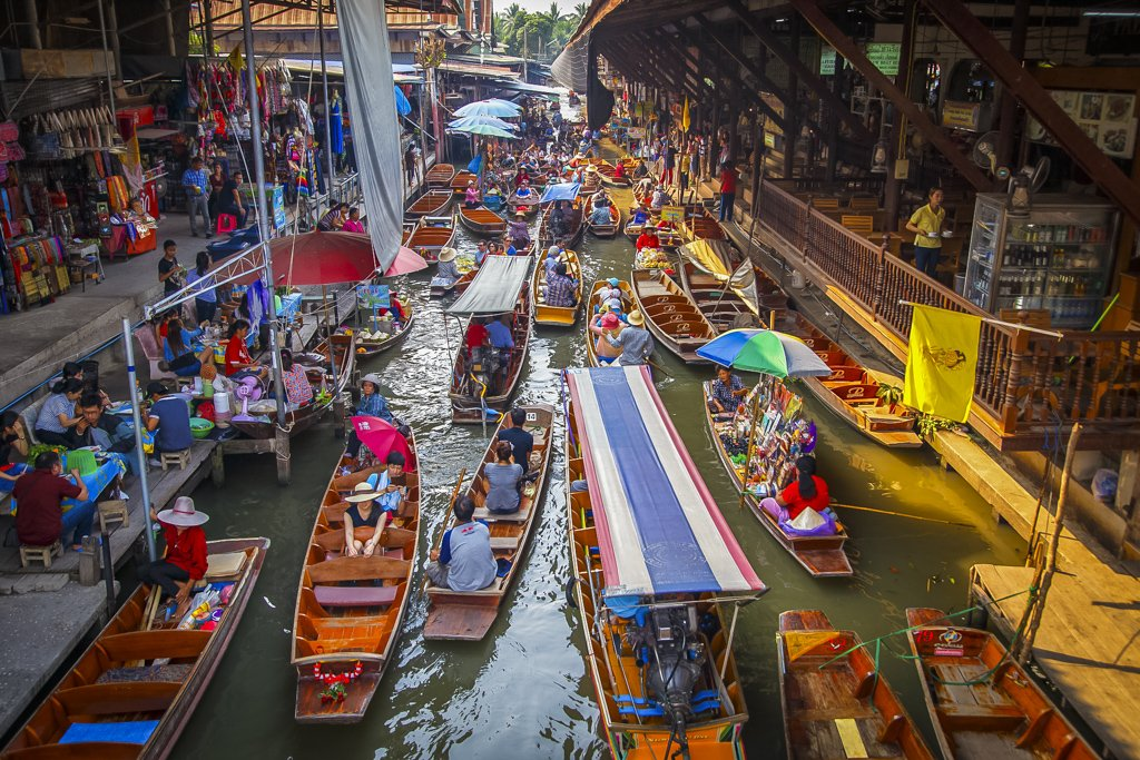 Floating markets in Bangkok! Locally called Talad Nams/experience true Thai culture of boat trades, dating back centuries.