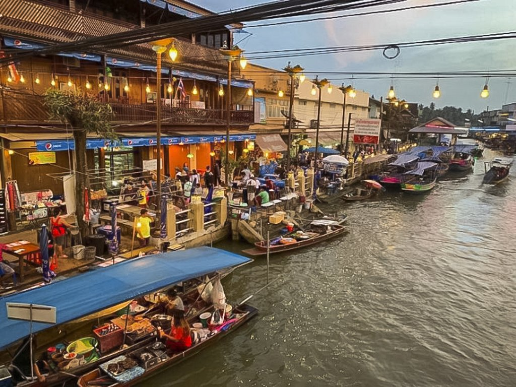 Amphawa Floating Market main attractions are its souvenirs and handicrafts. It is also the only night market that opens late.