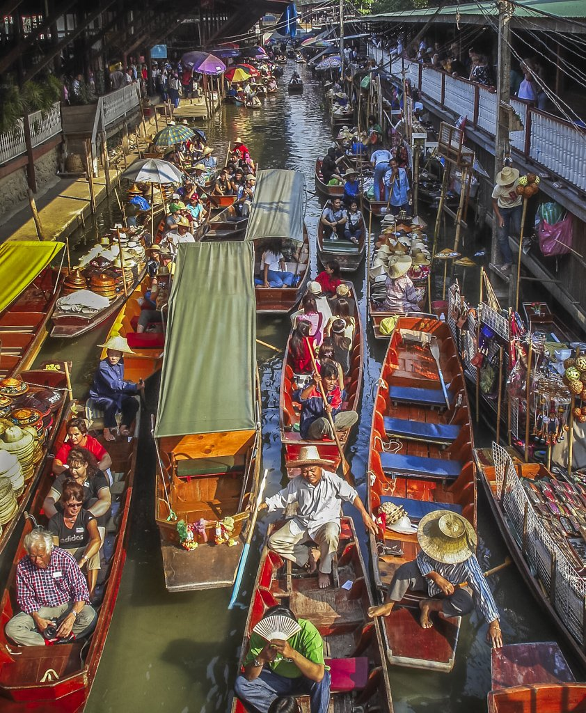 Bang Khu Wiang Floating Market is on the banks of Noi-Khlong Om river and it is just 15 minutes away from Bangkok.