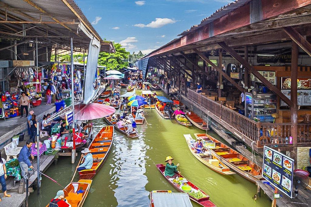 Damnoen Saduak is the most commercial floating market inside Bangkok in that serves both Thai and non-Thai cuisines
