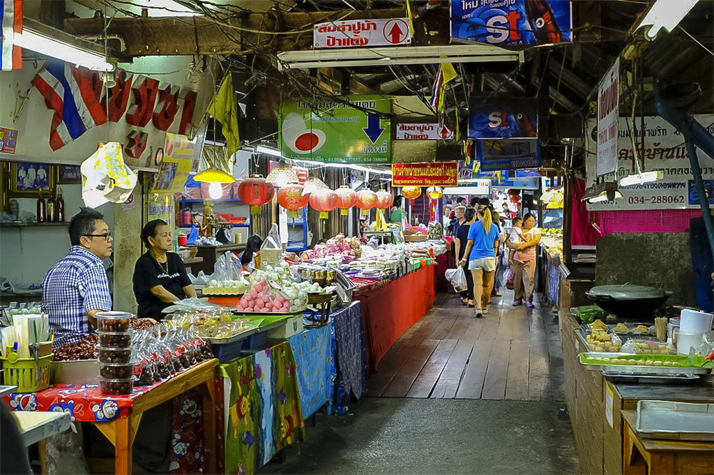 Don Wai Floating Market faces the Tha Chin River in Sam Phran
