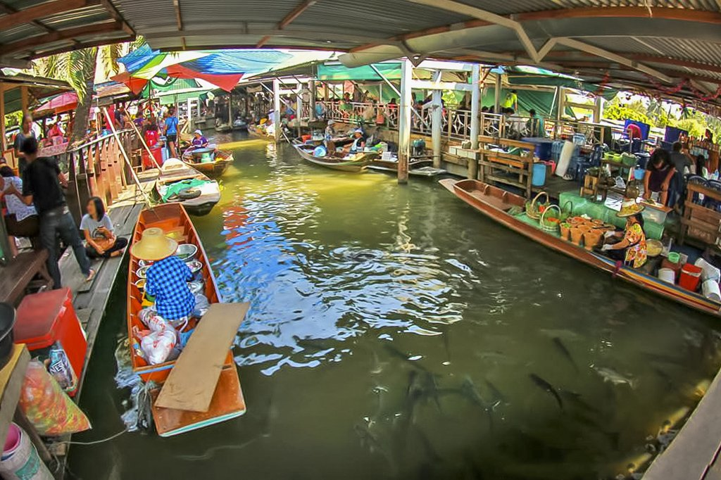 Taling Chan Floating market is situated northwest of Bangkok. It is a haven for seafood lovers